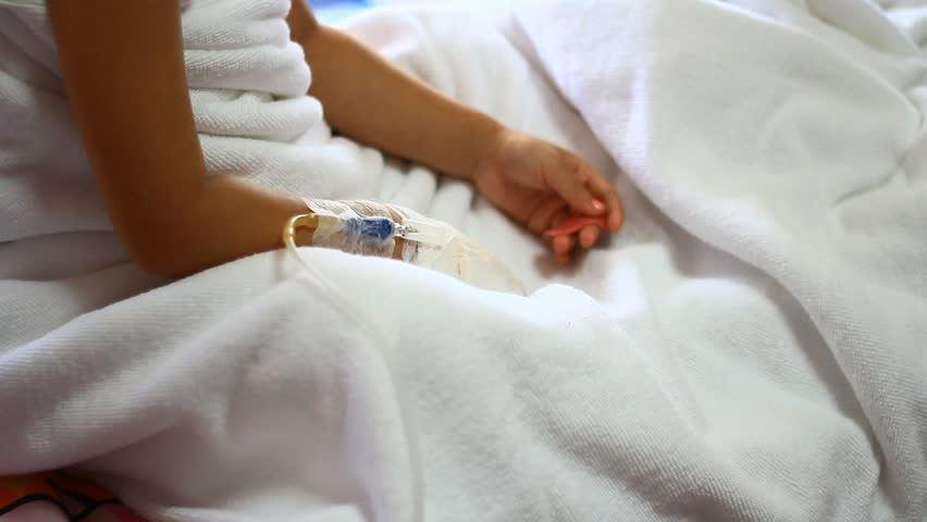 رادین ۱۰ ساله بعد از سقوط از ارتفاع دچار مشکل مغزی شده است.