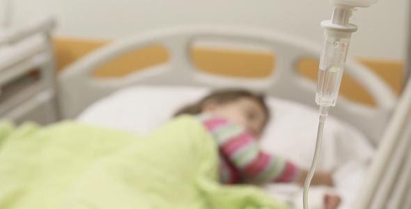 امیرعباس ۱ ساله به دلیل کمبود کلسیم و آنزیم در بیمارستان بستری شده است.