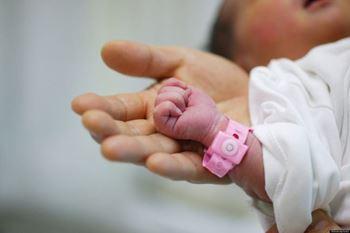 فاطمه ۱ ساله به علت تب در بیمارستان بستری شده است.
