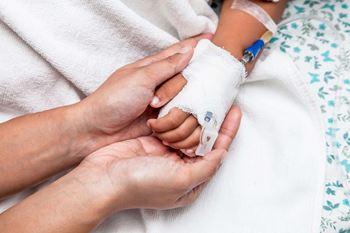 حسین ۱ ساله به علت تب و لرز در بیمارستان بستری شده.