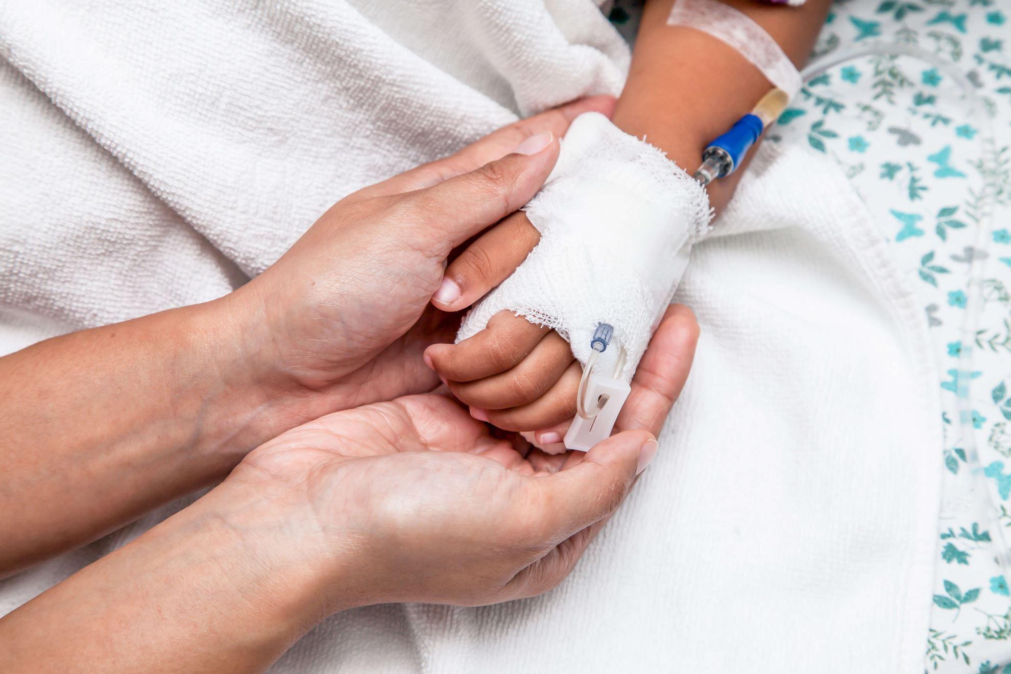 شعیب ۷ ساله بر اثر تب و استفراغ در بیمارستان بستری شده است.