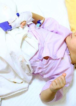 علی اصغر ۶ ساله به علت تالاسمی ماژور،پیوند مغز استخوان انجام داده است.
