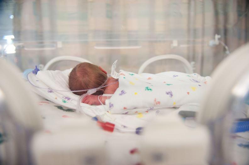 هلیا ۲ماهه دچار انسداد روده است و جهت درمان عمل جراحی انجام داده است.