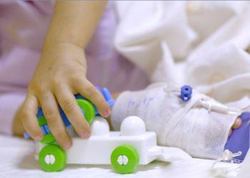حسین ۵ ساله به دلیل سوختگی در بیمارستان بستری شد.