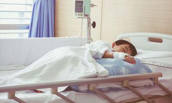 محمدحسن ۶ سالهمبتلا به بیماری آپاندیس شده و در بیمارستان بستری است.
