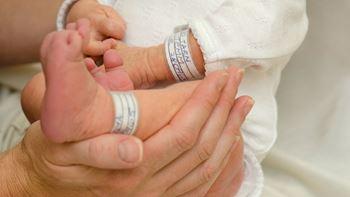 احسان تازه متولد شده به علت نارس بودن در بیمارستان بستری شده است.