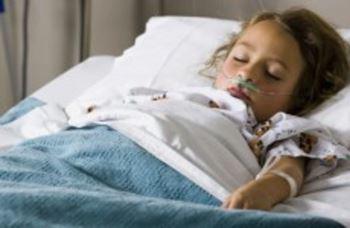 عایشه ۵ ساله به علت فلج از دوپا در بیمارستان بستری شده است.