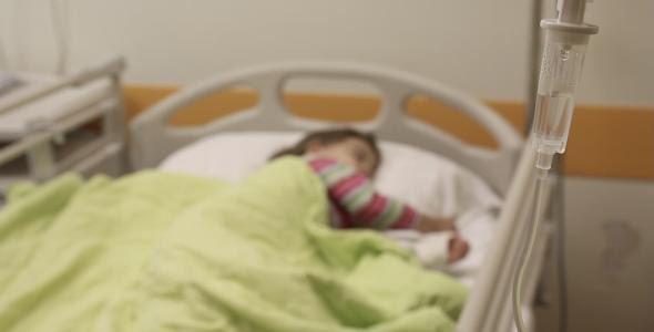 عرشیا ۶ساله به علت عفونت شدید ریه بستری شده است.