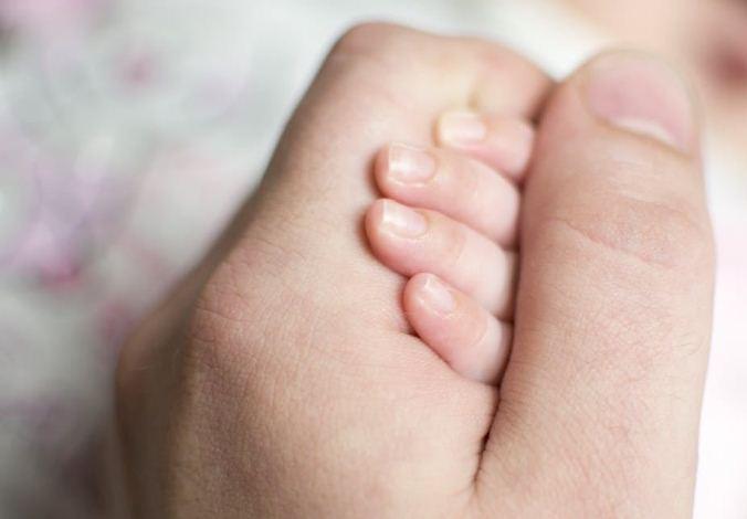 محمدمهدی ۲ساله به علت دیسترس تنفسی و تشنج در بیمارستان بستری شده است.