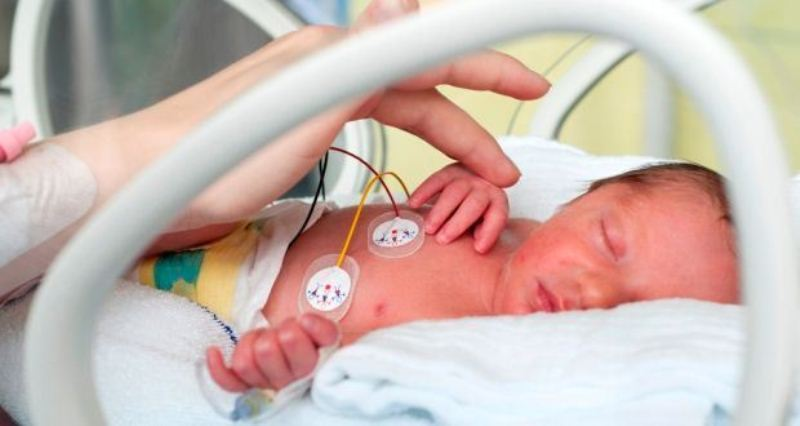 نوزاد دختر زودتر از موعد به دنیا آمده است و نیاز به بستری دارد.