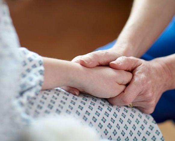 امید ۱۱ ساله ما که از نوزادی فلج مغزی بوده و به علت سنگ مثانه بستری شده است.