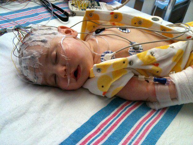 مهیار دو ساله به دلیل تشنج بستری شده است.