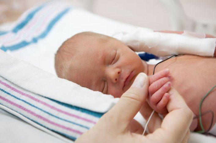 نوزادتازه متولد به دلیل نارس بودن بستری شده است.