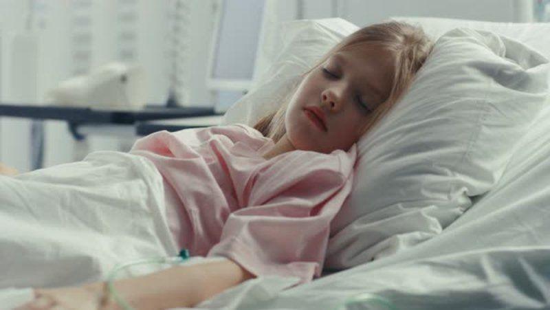 آسنا هشت ساله به دلیل فتق اینگوینال بستری شده است.