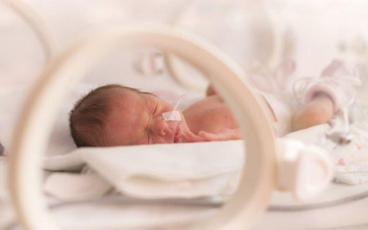 نوزاددخترحس مهریبه دلیل نارس بودن بستری شده است.