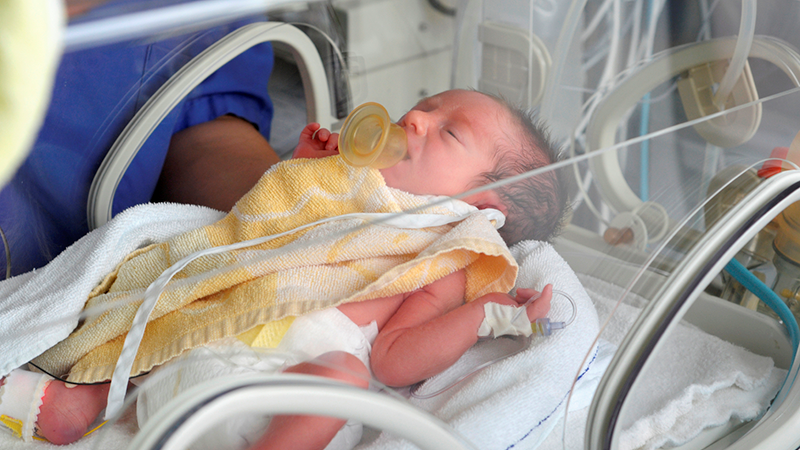 نوزاد پسر پانزده روزه به دلیل دیسترس تنفسی بستری شده است.