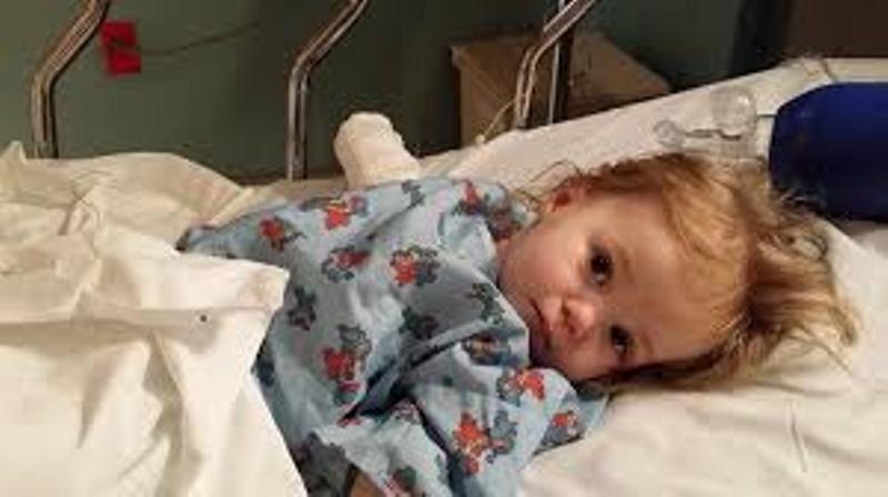 یاسمن دوساله به دلیل عفونت ادراری بستری شده است.