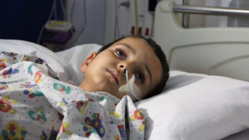 عمر سهساله به دلیل تشنج بستری شده است.