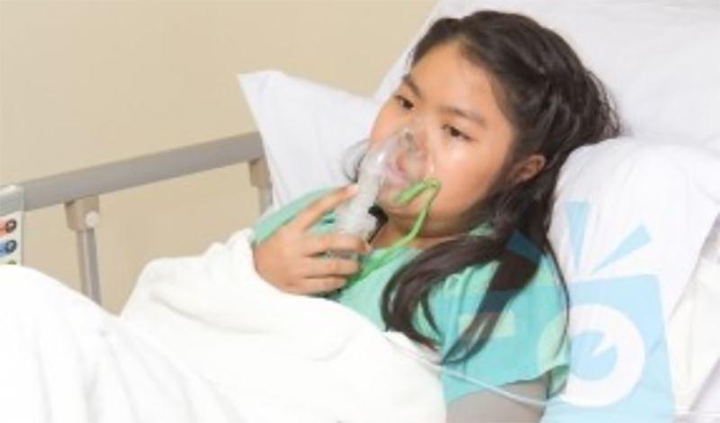 مینا یازده ساله به دلیل لوپوس و مننژیت بستری شده است.