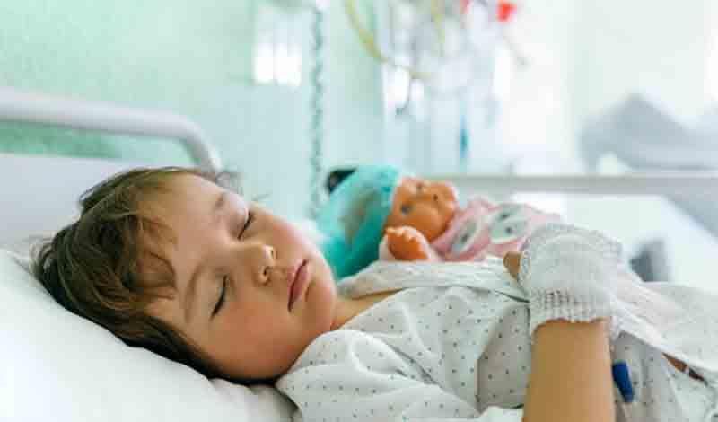 معظمه(1) 3ساله به علت تهوع و استفراغ و تب بالا بستریشده است.
