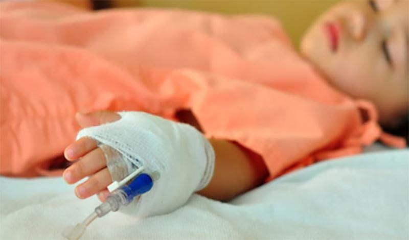 ساجده(1)سه ساله به دلیل دیسترس تنفسی بستری شده است.