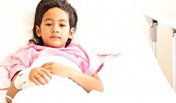 ملیکا هفت ساله به دلیل مشکل قلبی بستری شده است.