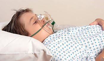 امیرعلی نه ساله به دلیل عفونت ریه بستری شده است.