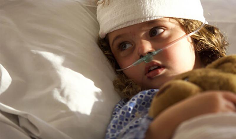 مبینا چهارساله به دلیل ضربه به سر بستری شده است.