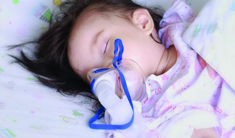 نازیلا دوساله به دلیل عفونت ریه بستری شده است.