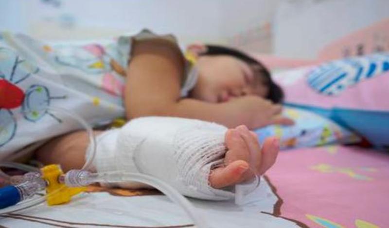 نازنین زهرا سه سالهبه دلیلآب گرفتگی مغز بستری شده است.