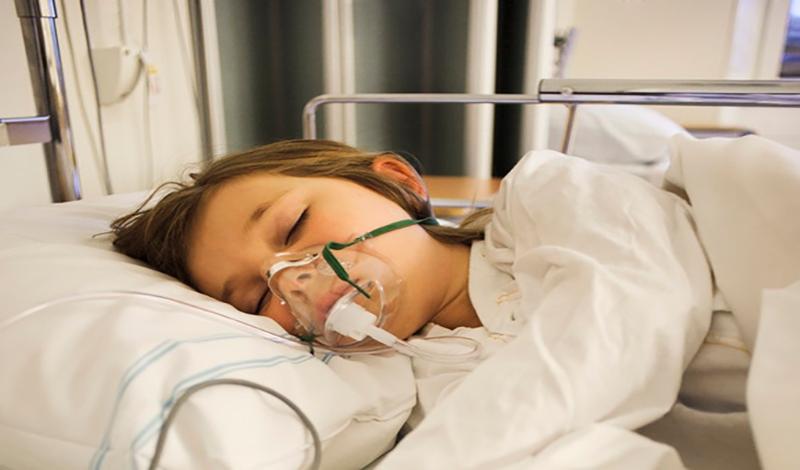 نرگس(1) هفت ساله به دلیل عفونت ریه بستری شده است.
