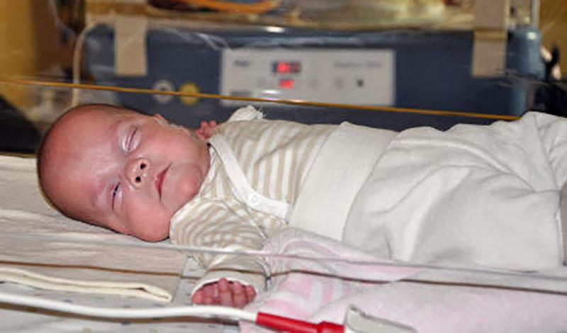فاطمه(1)یکساله به دلیلدیسترس تنفسی بستری شده است.