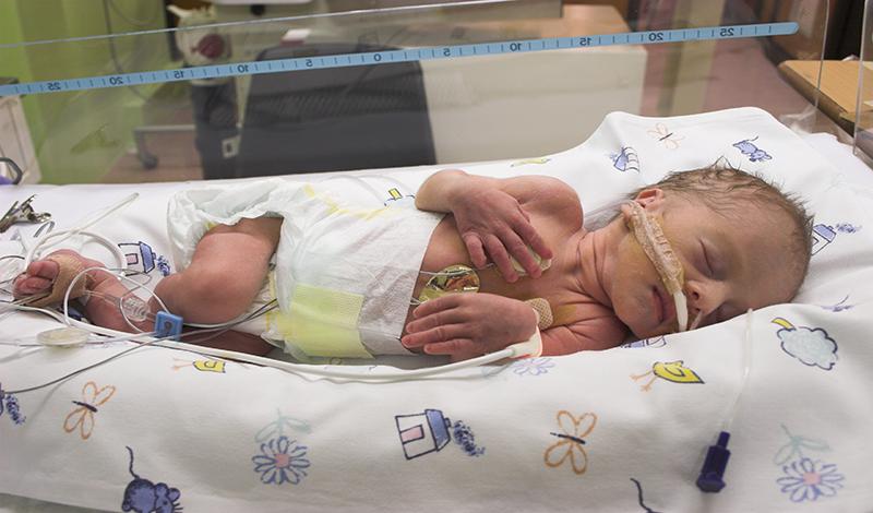 سبحان تازهمتولد به دلیلدیسترس تنفسی بستری شده است.