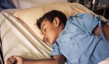 مبین(2)نهسالهبه دلیل درد پا بستری شده است.