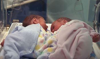 نوزاد تازهمتولد قلدوم به دلیلنارس بودن بستری شده است.
