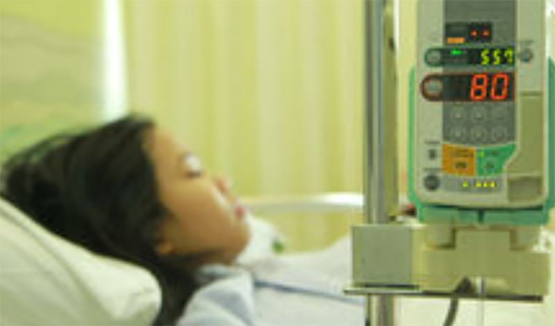مریم دوازدهساله به دلیلآب مروارید بستری شده است.